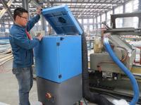 力维环保工作人员更换除尘器配件